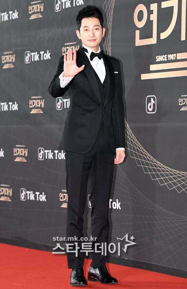 Thảm đỏ KBS Drama Awards: Kim Ji Won gây sốc.. vì quá đẹp, Jang Nara đọ sắc với Kim So Hyun và dàn chị đại không tuổi - Ảnh 36.
