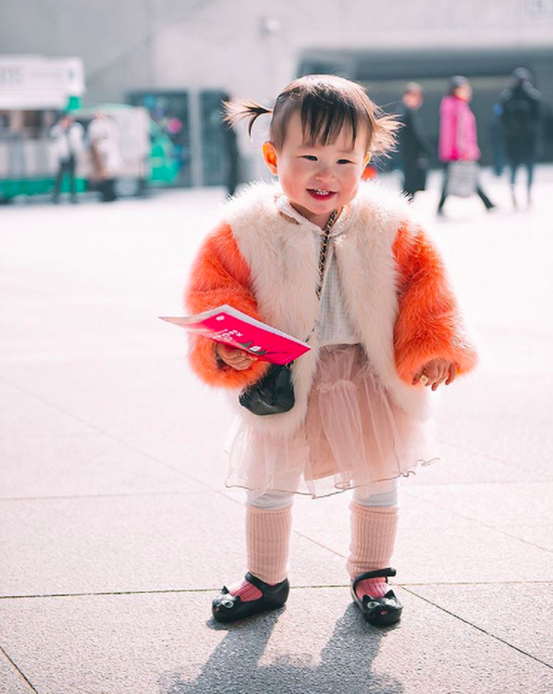 Cứ mỗi mùa Seoul Fashion Week đến, dân tình lại chỉ ngóng xem street style vừa cool vừa yêu của những fashionista nhí này - Ảnh 38.