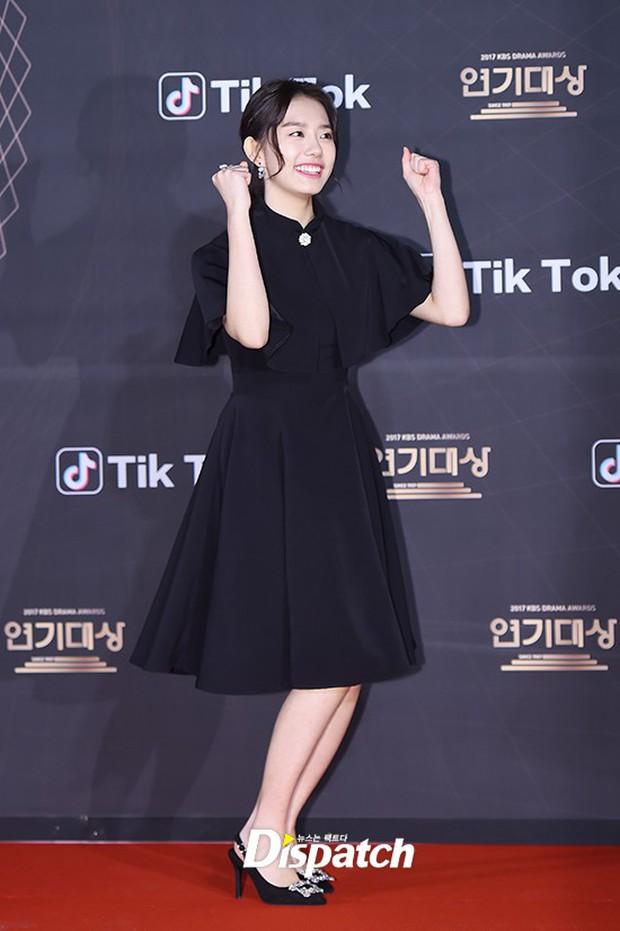 Thảm đỏ KBS Drama Awards: Kim Ji Won gây sốc.. vì quá đẹp, Jang Nara đọ sắc với Kim So Hyun và dàn chị đại không tuổi - Ảnh 39.