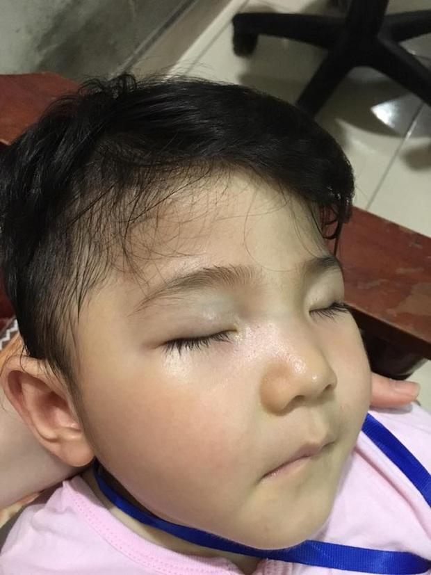 Sau gần 1 năm có mẹ nuôi, em bé Lào Cai từng suy dinh dưỡng nặng đã bụ bẫm và đáng yêu như thế này đây! - Ảnh 4.