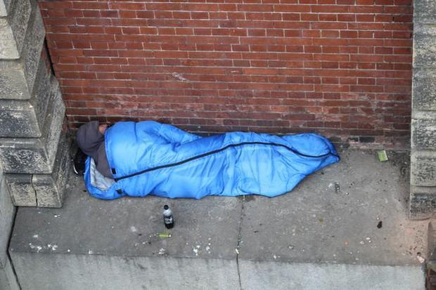 Bức ảnh người vô gia cư ngủ dưới chân cầu lột trần hiện thực khắc nghiệt tại đô thị giàu có bậc nhất thế giới - Ảnh 2.