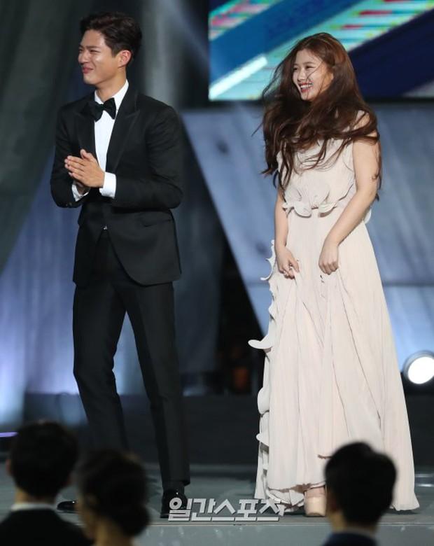 Khi mọi người chú ý vào thảm đỏ Baeksang, có một Kim Yoo Jung thầm lặng chỉnh áo cho Park Bo Gum - Ảnh 6.