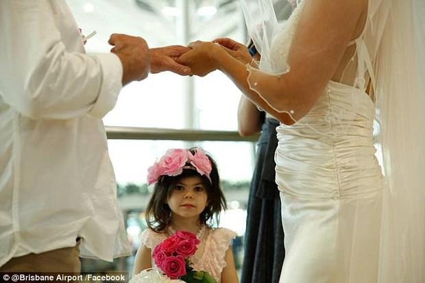 Bất chấp đám đông hỗn loạn do trục trặc kỹ thuật, một cặp đôi đã tổ chức lễ cưới ngay tại sân bay của Úc - Ảnh 5.