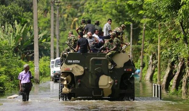 Lũ lụt lịch sử, người dân sơ tán trên xe bọc thép - Ảnh 5.