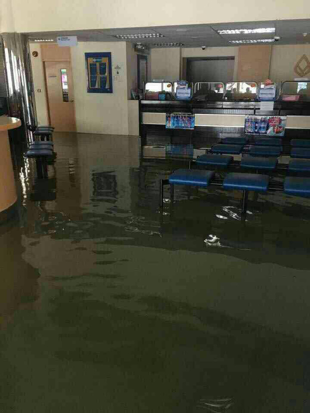 Loạt ảnh đáng sợ về thảm cảnh ngập lụt đang khiến người dân Thái Lan khốn đốn - Ảnh 6.