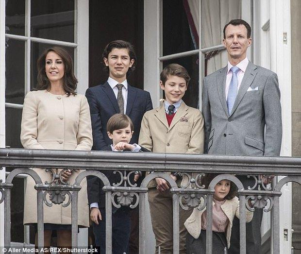 Chàng Hoàng tử Đan Mạch quyến rũ với mái tóc bồng bềnh và đôi môi dày gợi cảm - Ảnh 4.