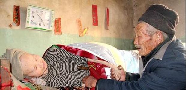 Kết hôn được 5 tháng vợ mắc bệnh tê liệt toàn thân, người chồng bên cạnh chăm sóc 58 năm - Ảnh 4.