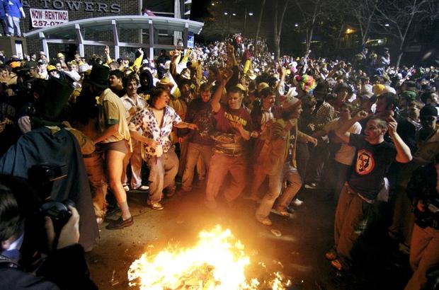 Châm lửa thiêu đốt đường phố, ném đá cảnh sát: Khi lễ hội Halloween vượt xa ranh giới của những trò đùa vô hại - Ảnh 4.