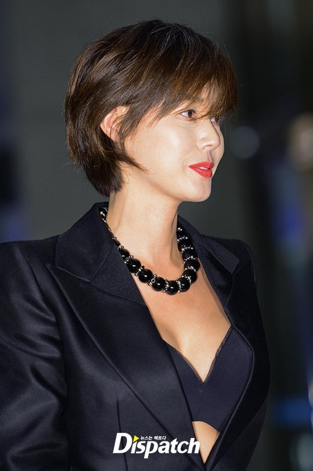 """Sự kiện hiếm có: """"Mẹ Kim Tan"""" Kim Sung Ryung hở bạo, cùng dàn mỹ nhân không tuổi thay nhau """"đè bẹp"""" các nhan sắc đàn em - Ảnh 5."""
