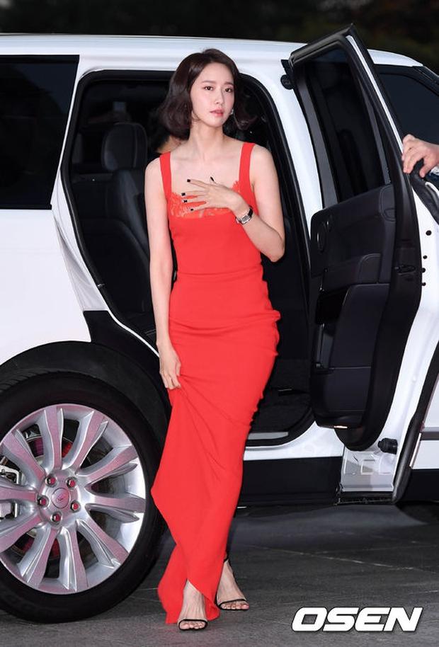 """Thảm đỏ The Seoul Awards: """"Hoa hậu Hàn đẹp nhất thế giới"""" chiếm hết spotlight, Yoona (SNSD) liên tục dùng tay che vòng 1 khiêm tốn - Ảnh 5."""