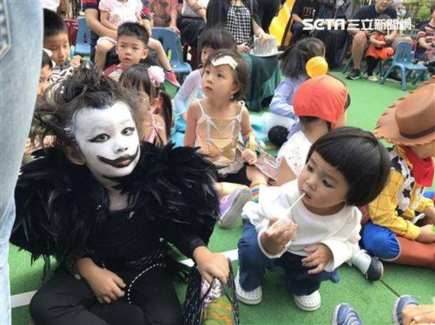 """Chán""""Con ma Vô Diện"""", chị em nhà cô bé Meng Meng diện ngay trang phục thần chết trong Death Note cực kì ấn tượng - Ảnh 4."""