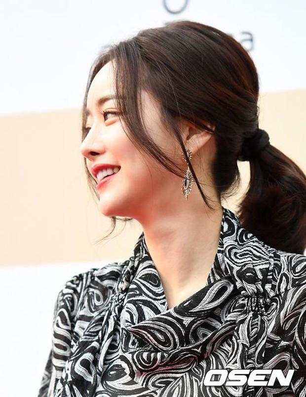 Thảm đỏ Liên hoan phim: Em trai Kim Tae Hee tái xuất, Phạm Băng Băng Hàn Quốc diện đầm khó hiểu bên Eunjung - Ảnh 5.