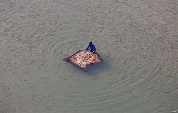 24h qua ảnh: Vòng đu quay khổng lồ trên cầu vượt sông ở Trung Quốc - Ảnh 5.