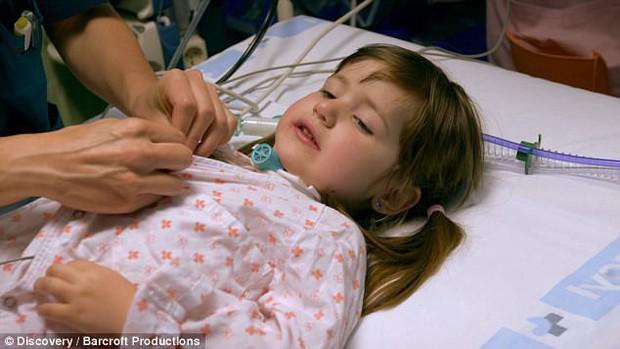 """Bởi """"lời nguyền"""" từ lúc mới sinh, bé gái 3 tuổi mỗi khi ngủ lại có thể tắt thở và ra đi vĩnh viễn - Ảnh 4."""