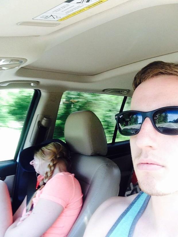 Ông chồng có tâm nhất năm: Cứ nhằm lúc vợ ngủ ngáy trên xe là chụp ảnh rồi khoe khắp mạng xã hội - Ảnh 5.
