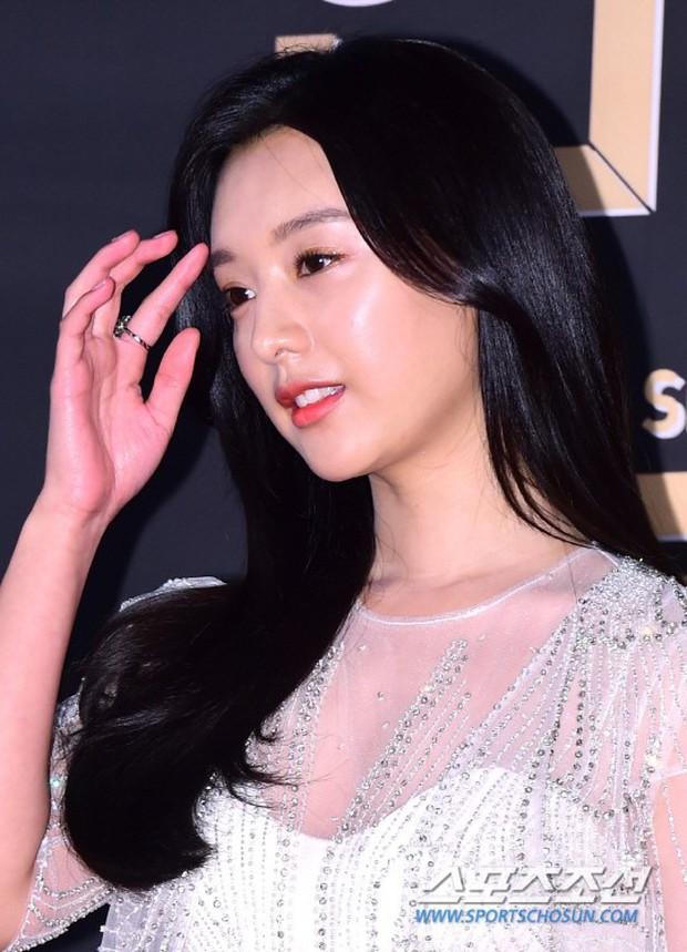 Thảm đỏ KBS Drama Awards: Kim Ji Won gây sốc.. vì quá đẹp, Jang Nara đọ sắc với Kim So Hyun và dàn chị đại không tuổi - Ảnh 5.