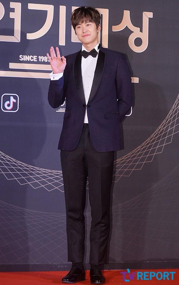 Thảm đỏ KBS Drama Awards: Kim Ji Won gây sốc.. vì quá đẹp, Jang Nara đọ sắc với Kim So Hyun và dàn chị đại không tuổi - Ảnh 41.