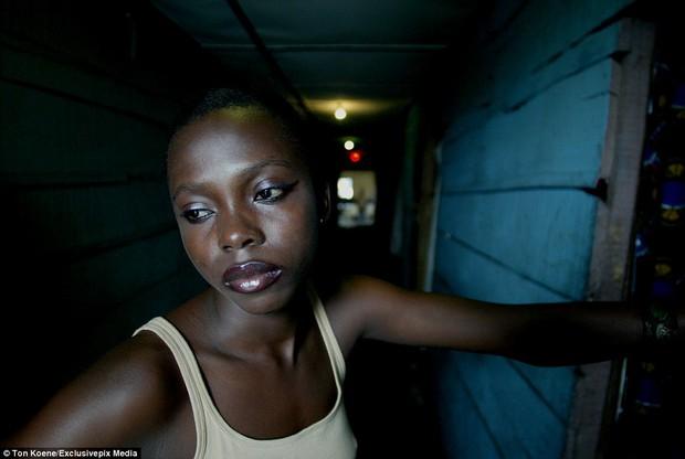 Bên trong nhà thổ nơi hàng chục nghìn gái mại dâm nhiễm HIV hành nghề và reo rắc nỗi kinh hoàng cho nhân loại - Ảnh 6.