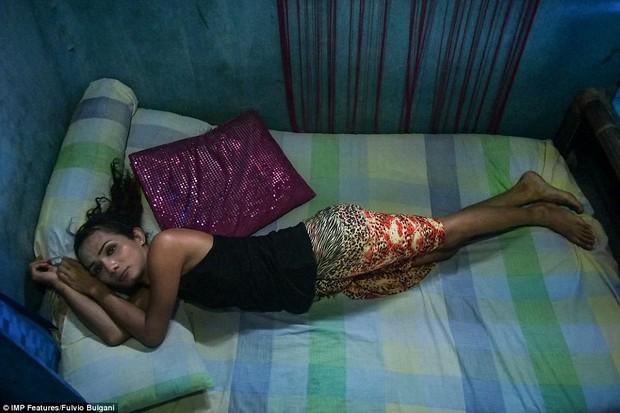 Chùm ảnh: Cuộc sống tủi nhục của người chuyển giới Indonesia - Ảnh 13.