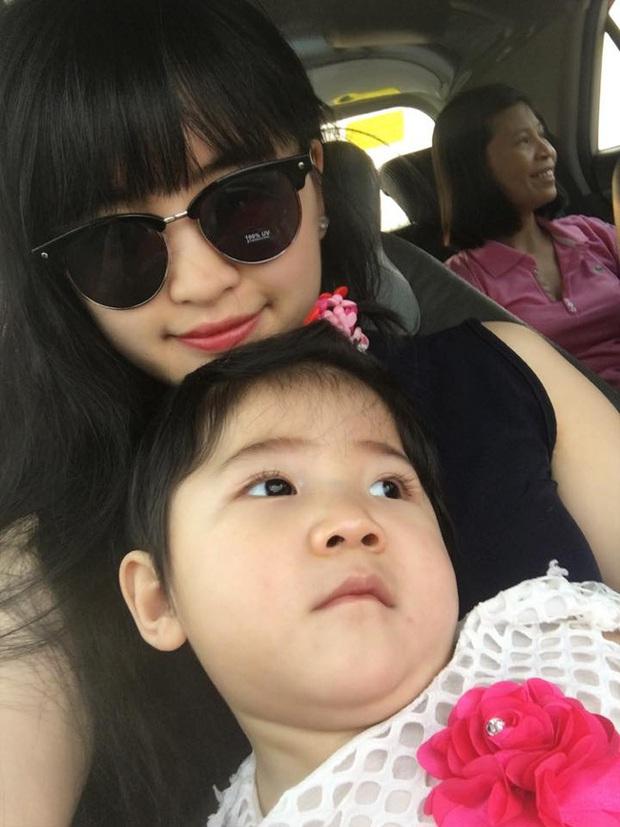 Sau gần 1 năm có mẹ nuôi, em bé Lào Cai từng suy dinh dưỡng nặng đã bụ bẫm và đáng yêu như thế này đây! - Ảnh 5.
