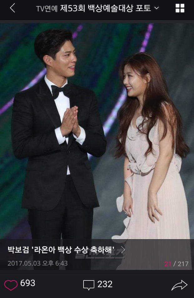 Khi mọi người chú ý vào thảm đỏ Baeksang, có một Kim Yoo Jung thầm lặng chỉnh áo cho Park Bo Gum - Ảnh 7.