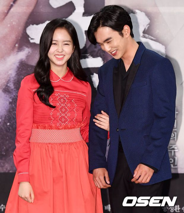 Yoo Seung Ho và L đứng cạnh nhau thôi cũng khiến fan đau đầu, Kim So Hyun mặt tròn vẫn xinh - Ảnh 6.