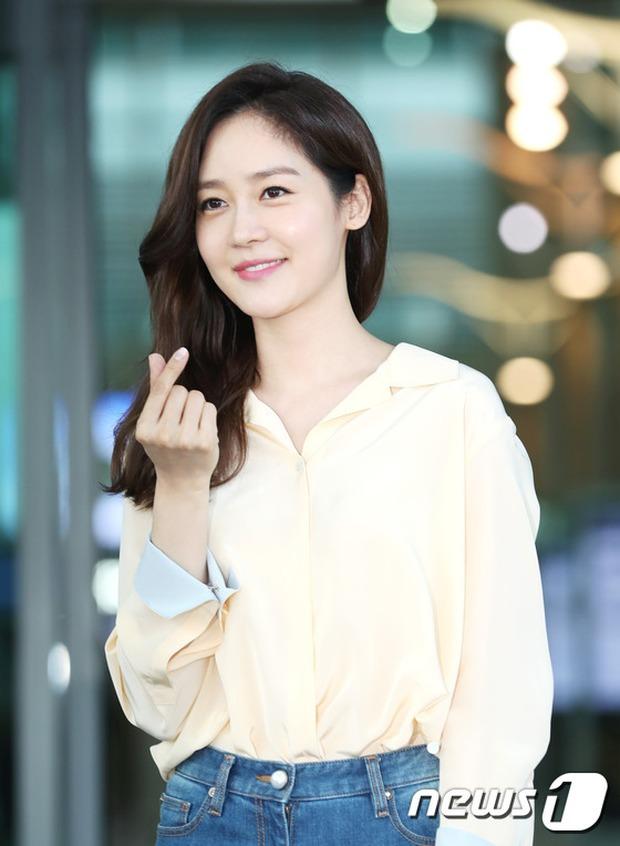 Nữ thần Kpop hai thế hệ đọ sắc: Sung Yuri U40 vẫn trẻ trung, Irene kém 10 tuổi cũng lép vế - Ảnh 6.