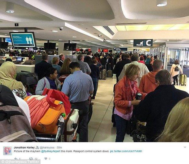 Bất chấp đám đông hỗn loạn do trục trặc kỹ thuật, một cặp đôi đã tổ chức lễ cưới ngay tại sân bay của Úc - Ảnh 6.
