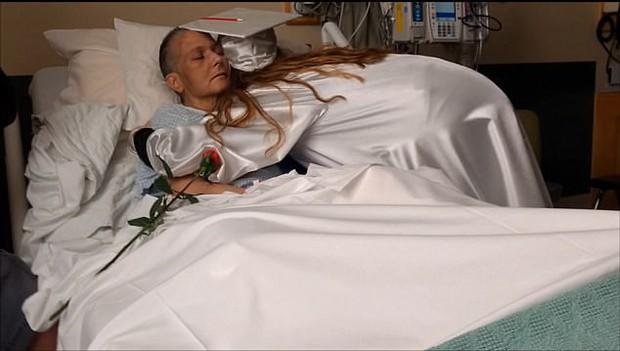 Mẹ ung thư cận kề cái chết, cô con gái được nhà trường tạo bất ngờ khiến ai cũng phải rơi nước mắt - Ảnh 4.