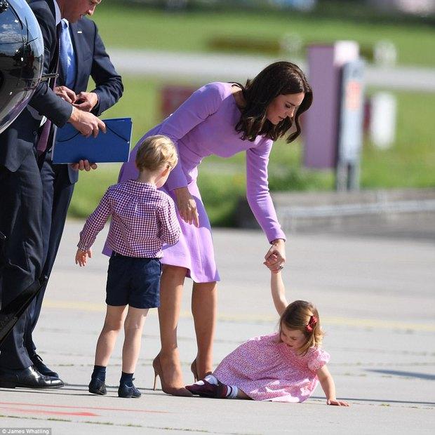 Tiểu công chúa Charlotte mè nheo, khóc rấm rứt không chịu lên máy bay - Ảnh 3.