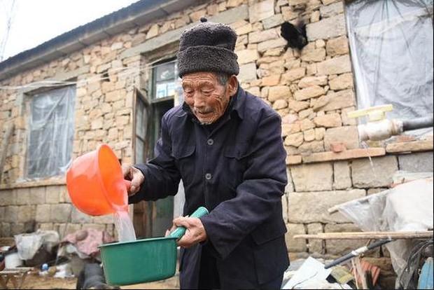 Kết hôn được 5 tháng vợ mắc bệnh tê liệt toàn thân, người chồng bên cạnh chăm sóc 58 năm - Ảnh 7.