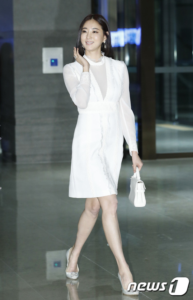 """Sự kiện hiếm có: """"Mẹ Kim Tan"""" Kim Sung Ryung hở bạo, cùng dàn mỹ nhân không tuổi thay nhau """"đè bẹp"""" các nhan sắc đàn em - Ảnh 6."""