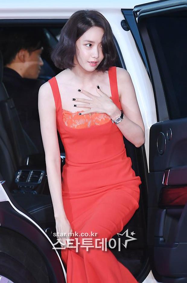 """Thảm đỏ The Seoul Awards: """"Hoa hậu Hàn đẹp nhất thế giới"""" chiếm hết spotlight, Yoona (SNSD) liên tục dùng tay che vòng 1 khiêm tốn - Ảnh 6."""