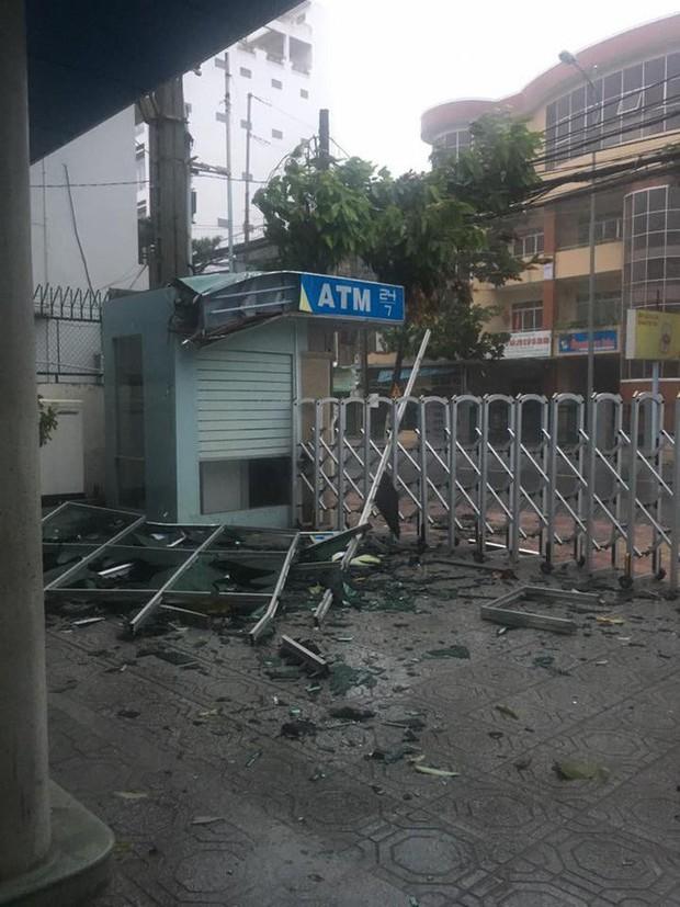 Bão số 12 đã đổ bộ vào đất liền: Hàng nghìn nhà dân ở Khánh Hòa bị sập tường, bay mái - Ảnh 7.