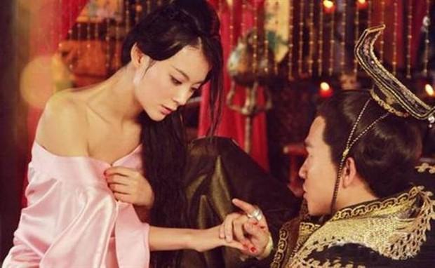 Nàng phi xảo trá có làn da tỏa hương hoa, bị Hoàng đế ép làm chiến lợi phẩm cho bao người chiêm ngưỡng - Ảnh 6.