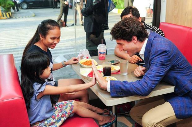 Thủ tướng điển trai Justin Trudeau đi mua gà rán, nước dâu tây và vui vẻ selfie với người hâm mộ tại Philippines - Ảnh 6.