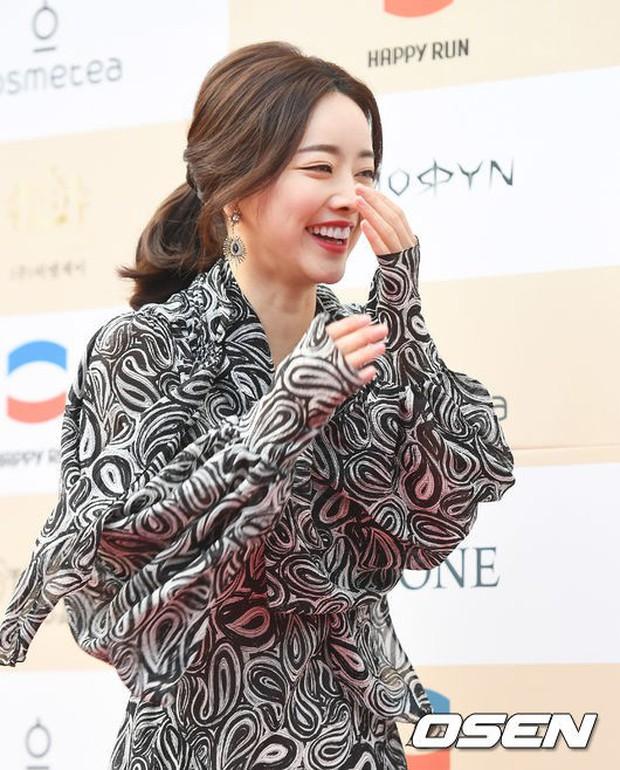Thảm đỏ Liên hoan phim: Em trai Kim Tae Hee tái xuất, Phạm Băng Băng Hàn Quốc diện đầm khó hiểu bên Eunjung - Ảnh 6.