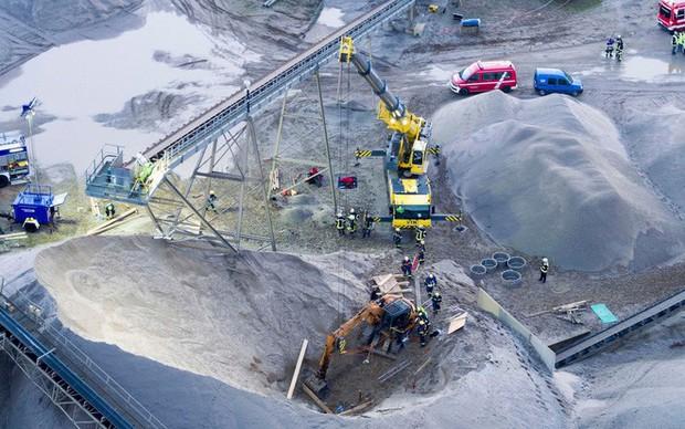 24h qua ảnh: Vòng đu quay khổng lồ trên cầu vượt sông ở Trung Quốc - Ảnh 6.