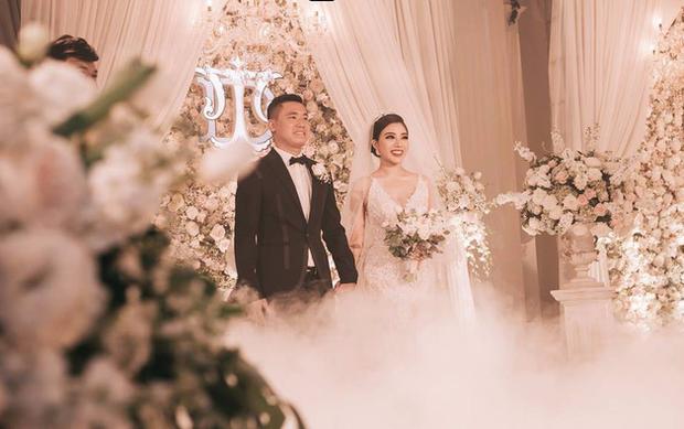 Đám cưới sang chảnh với 10.000 bông hoa tươi và váy đính 5.000 viên pha lê của cô dâu xinh đẹp ở Hà Nội - Ảnh 6.