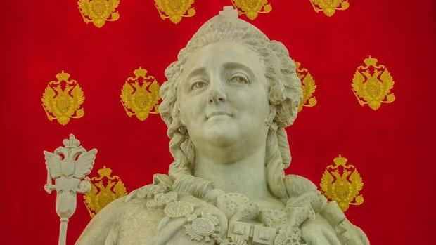 9 nữ hoàng kỳ quặc trong lịch sử: Từ hậu cung toàn mỹ nam cho tới hoàng hậu lẳng lơ bậc nhất thế giới - Ảnh 5.
