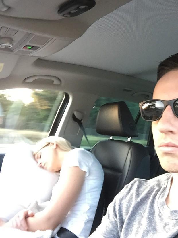 Ông chồng có tâm nhất năm: Cứ nhằm lúc vợ ngủ ngáy trên xe là chụp ảnh rồi khoe khắp mạng xã hội - Ảnh 6.