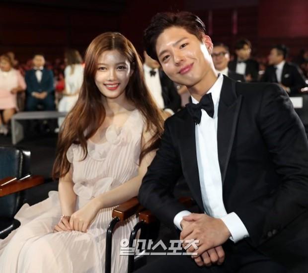 Khi mọi người chú ý vào thảm đỏ Baeksang, có một Kim Yoo Jung thầm lặng chỉnh áo cho Park Bo Gum - Ảnh 9.