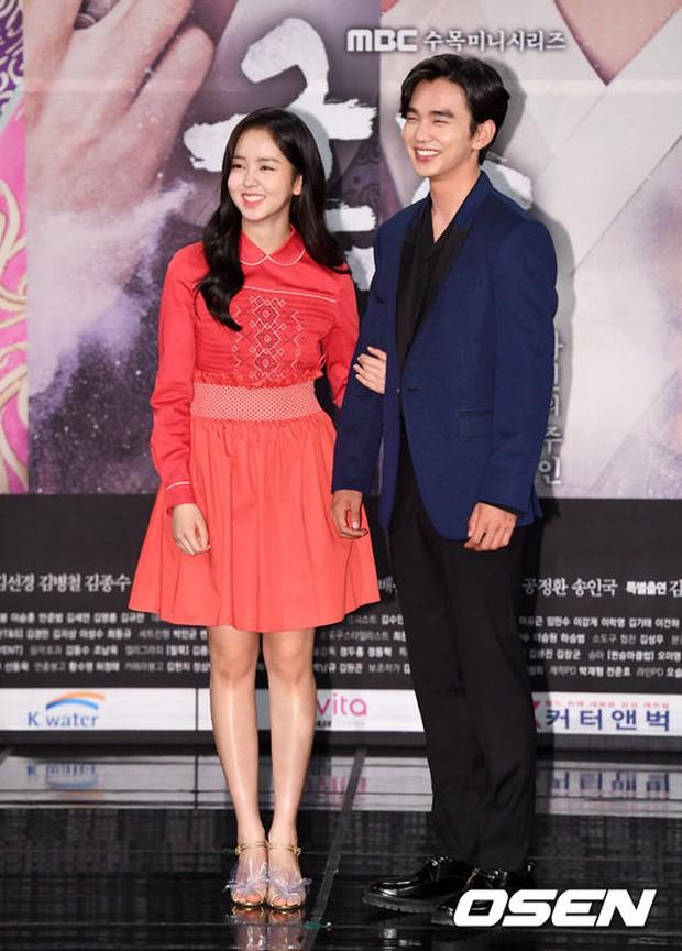 Yoo Seung Ho và L đứng cạnh nhau thôi cũng khiến fan đau đầu, Kim So Hyun mặt tròn vẫn xinh - Ảnh 7.