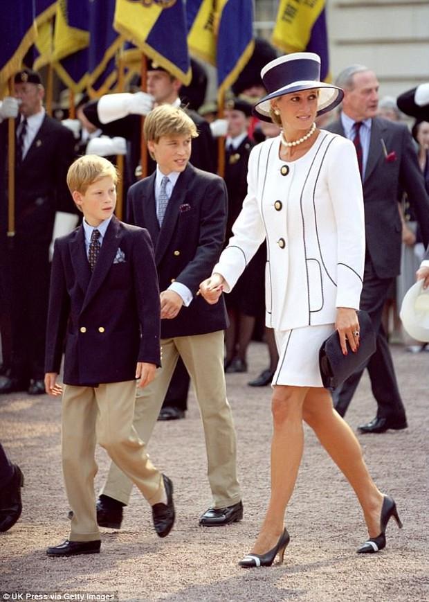 Hoàng tử William lần đầu mở lòng chia sẻ cảm xúc đưa tang mẹ ở tuổi 15: Tôi cảm nhận được rằng, mẹ đang đi bên cạnh và dìu dắt anh em tôi... - Ảnh 6.