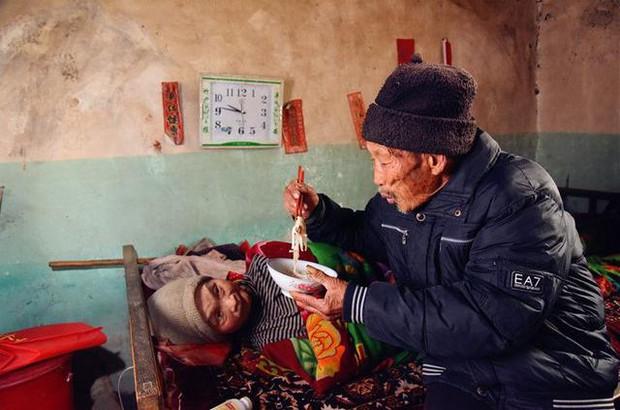 Kết hôn được 5 tháng vợ mắc bệnh tê liệt toàn thân, người chồng bên cạnh chăm sóc 58 năm - Ảnh 9.