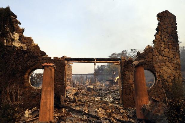 Bức ảnh gây nhói lòng trong vụ cháy rừng lịch sử tại Mỹ: Khung cảnh không khác gì một vụ thả bom nguyên tử - Ảnh 6.
