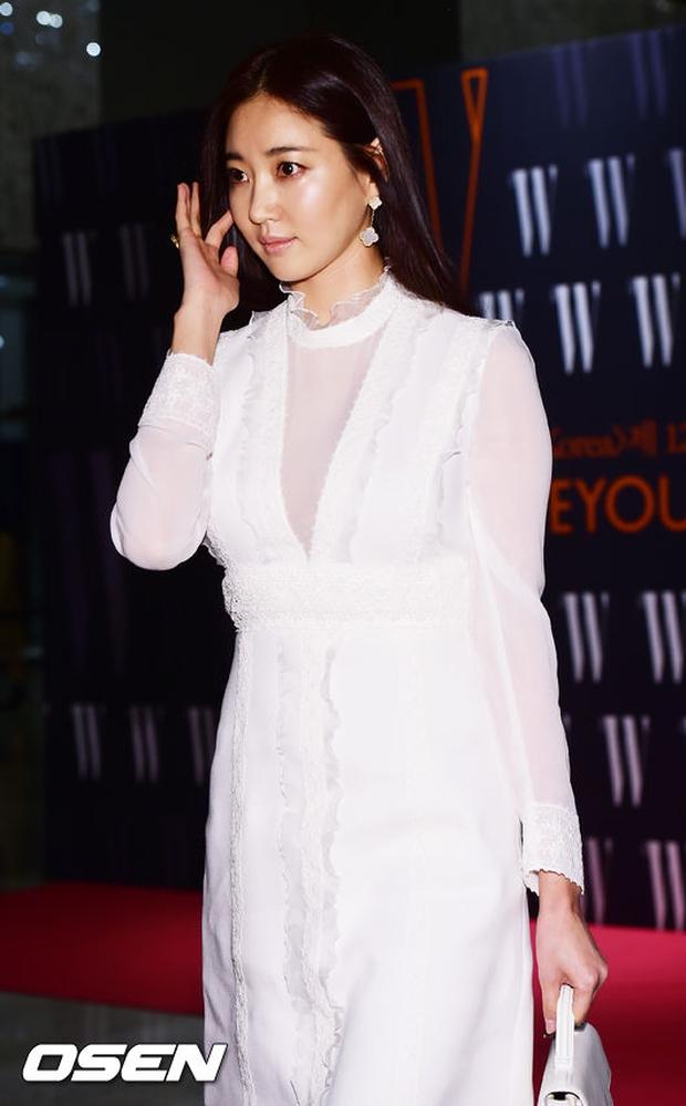 """Sự kiện hiếm có: """"Mẹ Kim Tan"""" Kim Sung Ryung hở bạo, cùng dàn mỹ nhân không tuổi thay nhau """"đè bẹp"""" các nhan sắc đàn em - Ảnh 7."""
