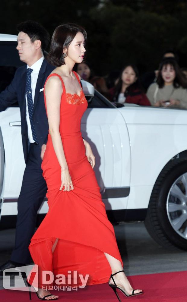 """Thảm đỏ The Seoul Awards: """"Hoa hậu Hàn đẹp nhất thế giới"""" chiếm hết spotlight, Yoona (SNSD) liên tục dùng tay che vòng 1 khiêm tốn - Ảnh 7."""