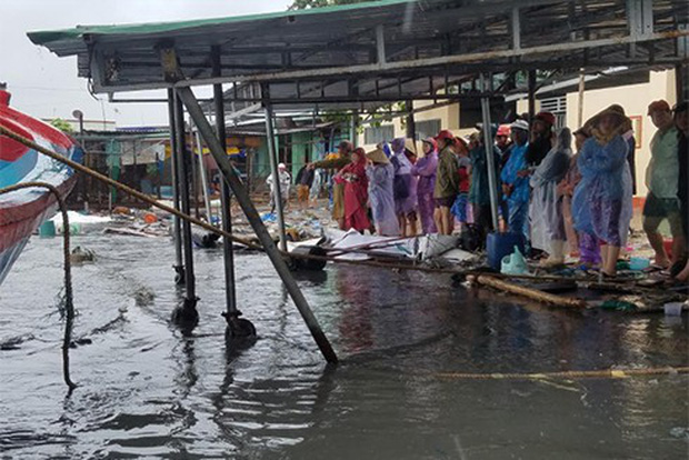 Bão số 12 đã đổ bộ vào đất liền: Hàng nghìn nhà dân ở Khánh Hòa bị sập tường, bay mái - Ảnh 8.