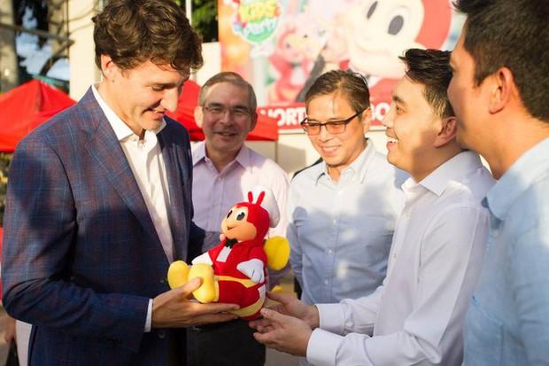 Thủ tướng điển trai Justin Trudeau đi mua gà rán, nước dâu tây và vui vẻ selfie với người hâm mộ tại Philippines - Ảnh 7.